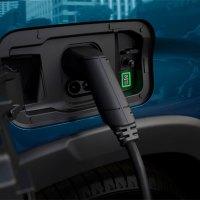 ¿Se puede cargar un coche electrificado en casa con placas solares?